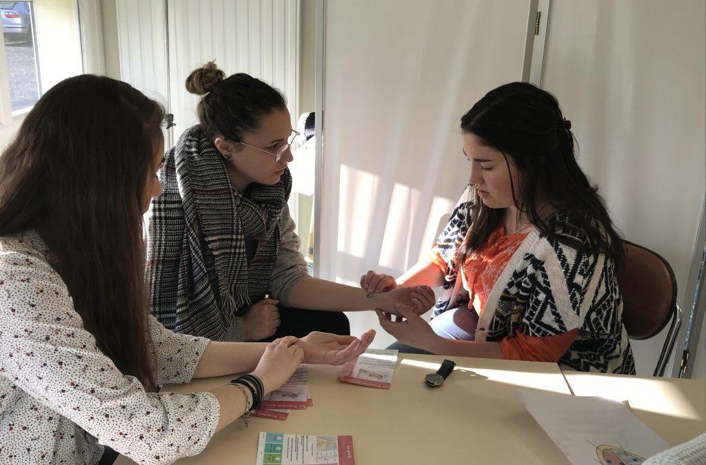 Collaboration entre les étudiants infirmiers et les élèves aides-soignants